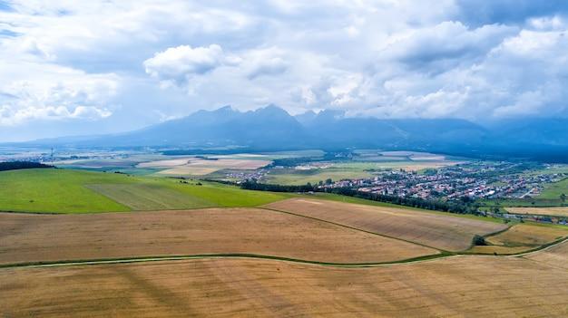 Luftaufnahme der getreidefelder nach der ernte Premium Fotos