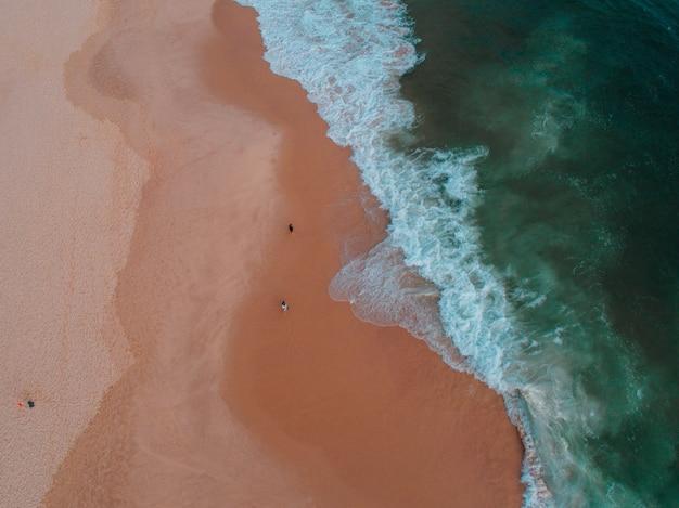 Luftaufnahme der küste mit mehreren personen darauf Kostenlose Fotos