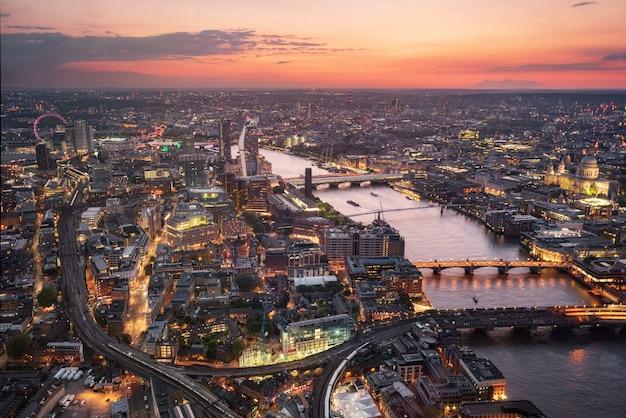 Luftaufnahme der london-skyline am sonnenuntergang, vereinigtes königreich. Premium Fotos
