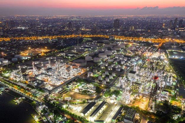 Luftaufnahme der öl- und gasindustrie - raffinerie in der dämmerung Premium Fotos