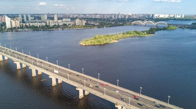 Luftaufnahme der patonbrücke und des dnjepr von oben Premium Fotos