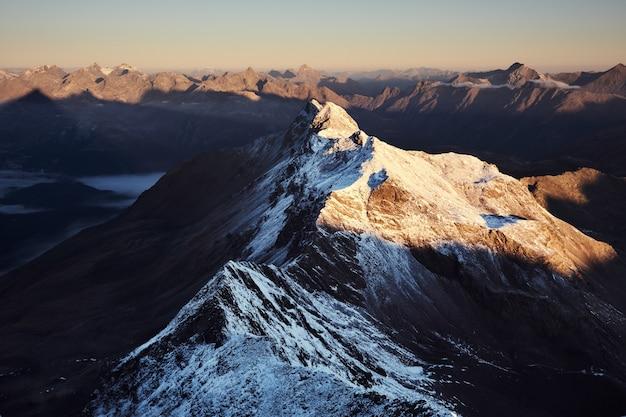 Luftaufnahme der schneebedeckten berge mit einem klaren himmel Kostenlose Fotos