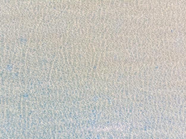 Luftaufnahme der see- und ozeanwasserreflexion mit sonnenlicht Kostenlose Fotos