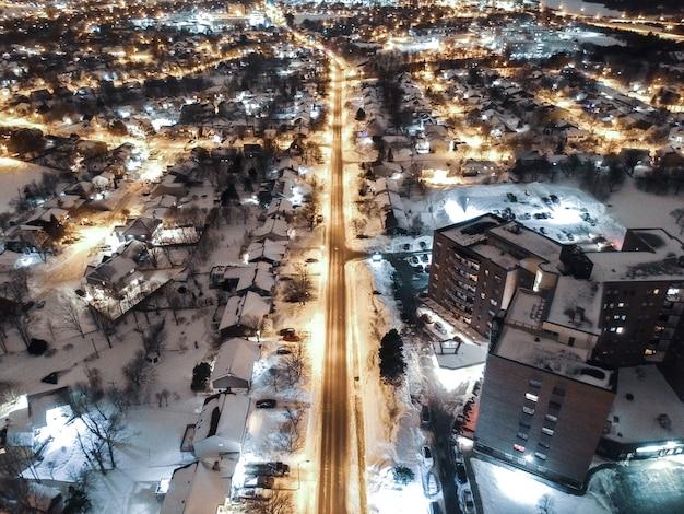 Luftaufnahme der stadt während der nachtzeit Kostenlose Fotos