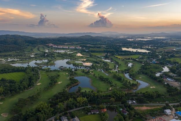Luftaufnahme des ackerland- / reisfeldes in thailand Premium Fotos