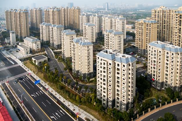 Luftaufnahme des bezirks in shanghai mit straßen und hochhäusern Premium Fotos