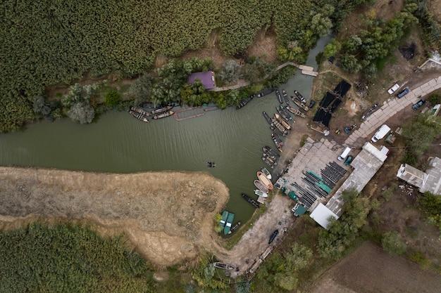 Luftaufnahme des fischerpierdocks mit vielen fischerbooten, die in einem hafen geparkt werden. vogelperspektive von oben des kleinen fischereihafens. Kostenlose Fotos