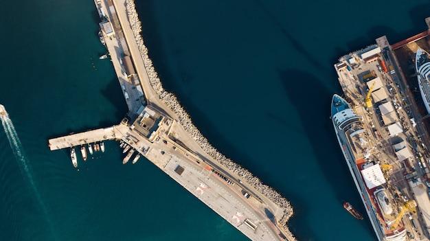 Luftaufnahme des hafens für import und export und logistik, großer hafen von ancona, italien Premium Fotos