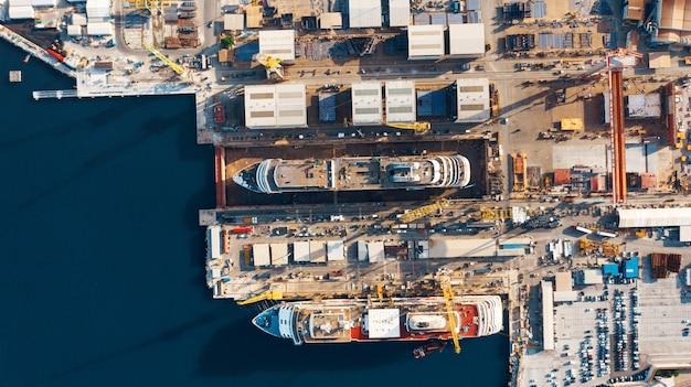 Luftaufnahme des hafens für import und export und logistik Premium Fotos