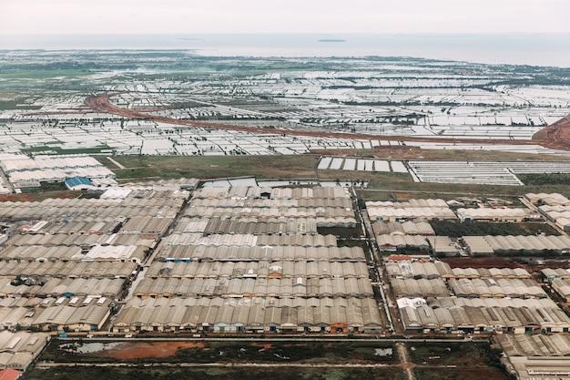 Luftaufnahme des industriegebiets in uptown von jakarta, indonesien. Premium Fotos