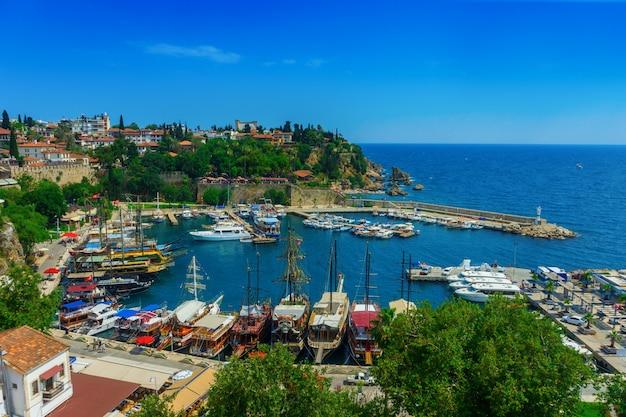 Luftaufnahme des jachthafens und des dachs der häuser der alten stadt von kaleici in antalya, die türkei. Premium Fotos