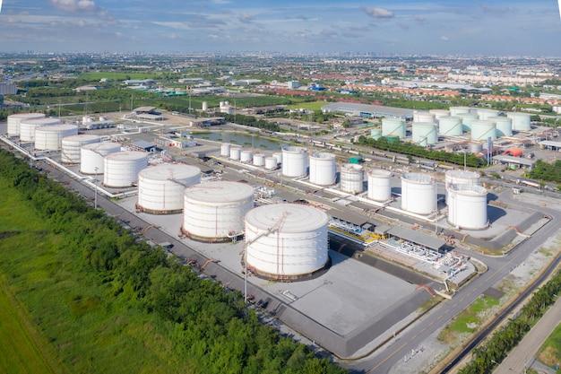 Luftaufnahme des lagertanks und des tankwagens der chemischen industrie beim heulen in einer industrieanlage, um öl zur tankstelle zu transportieren. Premium Fotos