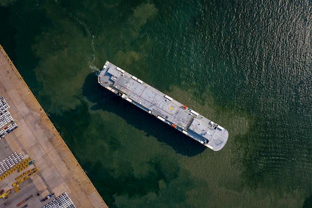 Luftaufnahme des parkplatzes des roro-fahrzeugträgers zum laden des autos am seehafen. Premium Fotos