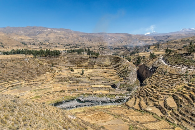Luftaufnahme des schönen colca canyon unter dem blauen himmel, der in peru gefangen genommen wird Kostenlose Fotos
