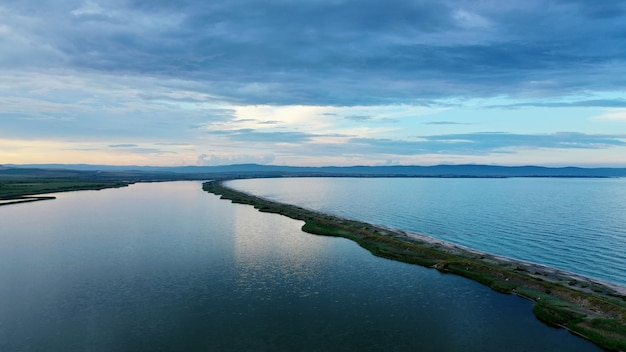Luftaufnahme des schönen meeres mit einer dünnen schmalen küste in der mitte Kostenlose Fotos