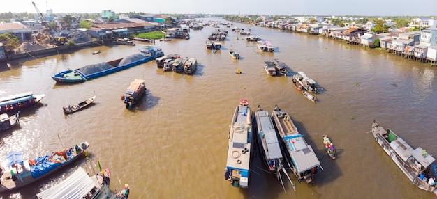 Luftaufnahme des schwimmenden marktes cai rang bei sonnenaufgang, boote, die großhandelsfrüchte und -waren auf can tho river, mekong-delta-region, vietnam verkaufen Premium Fotos