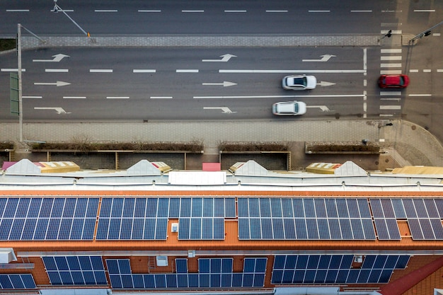 Luftaufnahme des solarfoto-voltaik-paneelsystems auf dem dach des wohnhauses. konzept zur erzeugung erneuerbarer ökologischer grüner energie. Premium Fotos