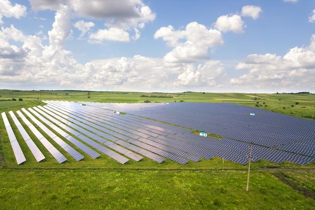 Luftaufnahme des solarkraftwerks auf der grünen wiese. schalttafeln zur erzeugung sauberer ökologischer energie. Premium Fotos