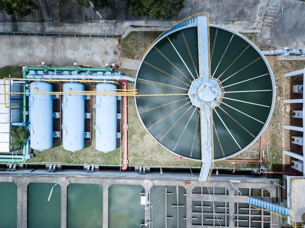 Luftaufnahme des wasserfiltersystems in der wasserproduktionsanlage Premium Fotos