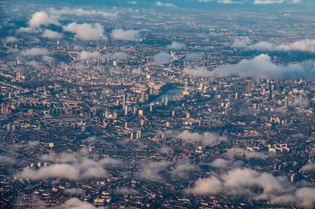 Luftaufnahme des zentrums von london durch die wolken Kostenlose Fotos