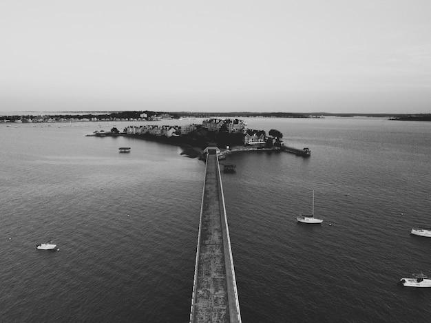 Luftaufnahme einer brücke und einer kleinen besiedelten insel im meer Kostenlose Fotos