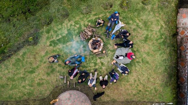 Luftaufnahme einer gruppe von personen, die die feuerstelle auf dem campingplatz umgeben Kostenlose Fotos