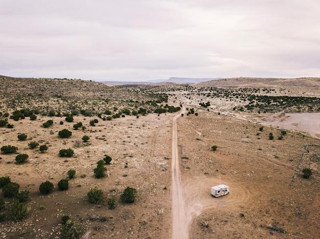 Luftaufnahme einer landschaft der usa-wüste in arizona mit einer straße und einem geparkten wohnmobil Premium Fotos