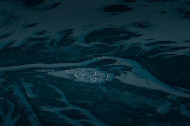 Luftaufnahme einer schönen landschaft, die am frühen morgen mit schnee bedeckt ist Kostenlose Fotos