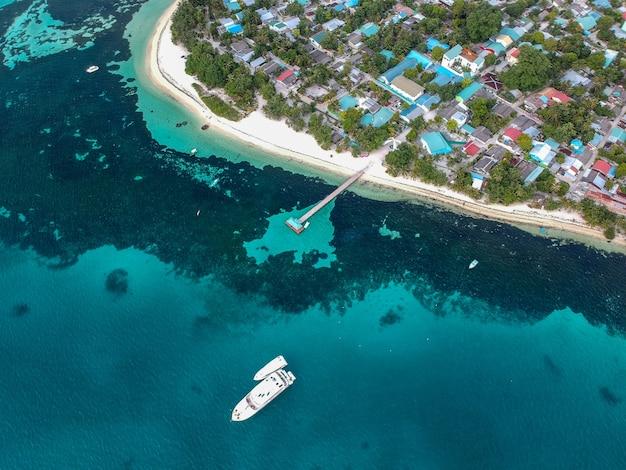 Luftaufnahme eines schiffes, das den hafen verlässt Kostenlose Fotos