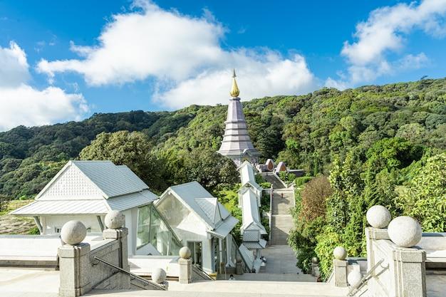 Luftaufnahme eines tempels von über der treppe in nordthailand Premium Fotos
