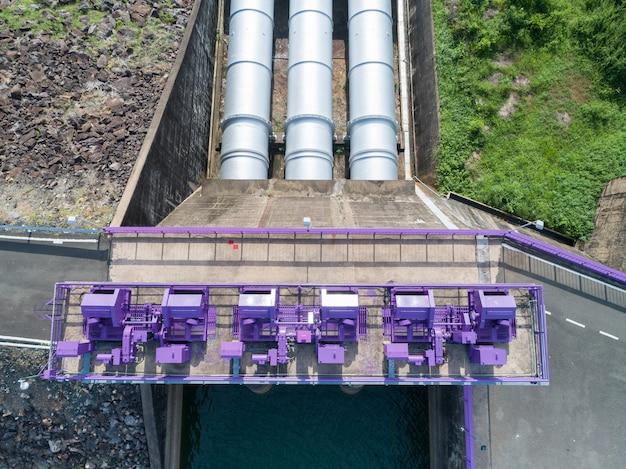 Luftaufnahme eines wasserkraftwerks und der verdammung, hydraulische sperrtür topview - konkretes wehr-stromabwärtige steigung. Premium Fotos