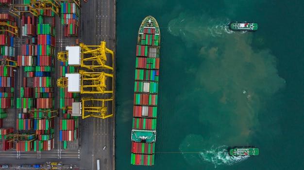 Luftaufnahme-frachtschiffanschluß, kran des frachtschiffanschlußes entladend, industriehafen der luftaufnahme mit behältern. Premium Fotos