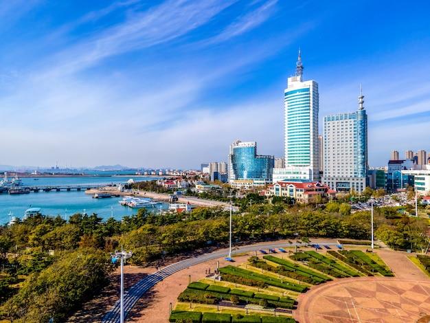 Luftaufnahme qingdao bay stadtarchitektur landschaft skyline panorama Premium Fotos