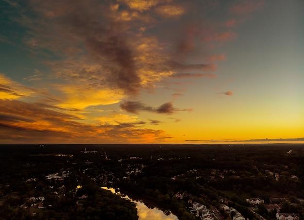 Luftaufnahme über vorstadthäusern und frühem sonnenaufgang der straßen Premium Fotos
