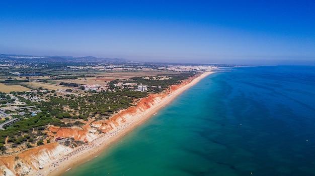 Luftaufnahme von algarve beach. schöner falesia strand von oben in portugal. sommerberufung Kostenlose Fotos