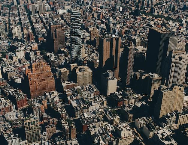 Luftaufnahme von gebäuden in einer stadt am tag Kostenlose Fotos
