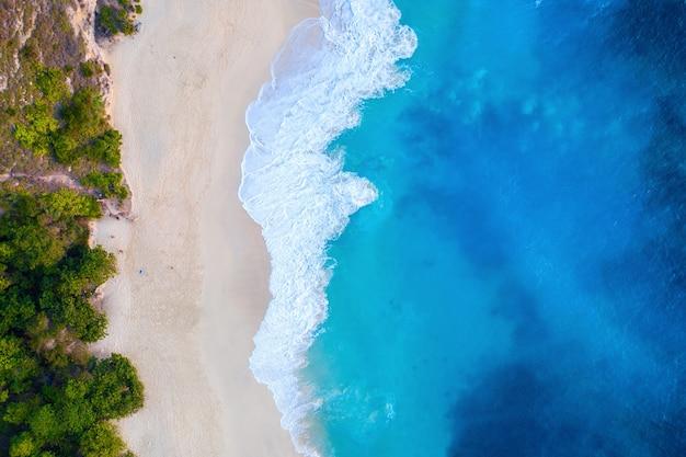 Luftaufnahme von kelingking beach in der insel nusa penida, bali in indonesien Kostenlose Fotos