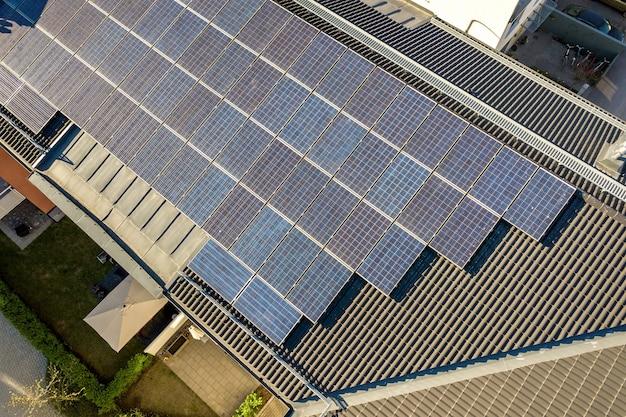 Luftaufnahme von photovoltaik-solarmodulen auf einem dach eines wohnbausteins zur erzeugung sauberer elektrischer energie. autonomes wohnkonzept. Premium Fotos