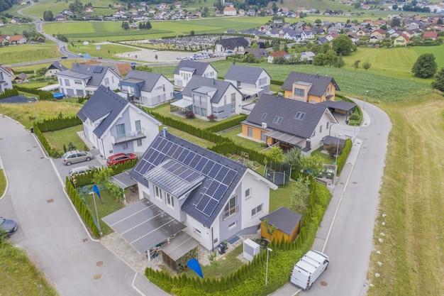 Luftaufnahme von privathäusern mit sonnenkollektoren auf den dächern Kostenlose Fotos