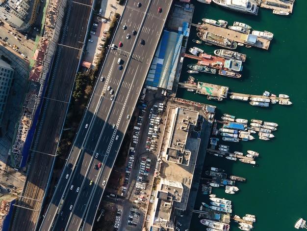 Luftaufnahme von schiffen im hafen von qingdao Premium Fotos