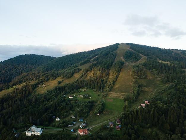 Luftaufnahme zum karpatendorf slavske mit bergen Premium Fotos