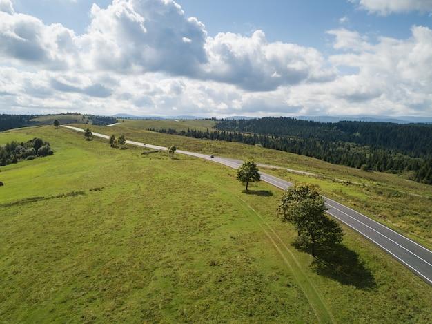 Luftaufnahme zur straße mit den bergen gefangen genommen von oben Premium Fotos