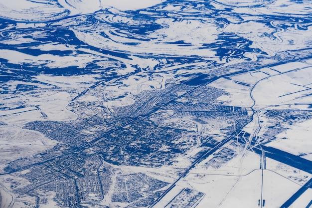 Luftaufnahmen aus einer ebene von seen und flüssen in russland in sibirien im schnee Premium Fotos