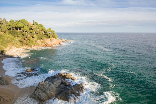 Luftaufnahmen der costa brava in katalonien. strand voll von felsen und wellen in spanien Premium Fotos