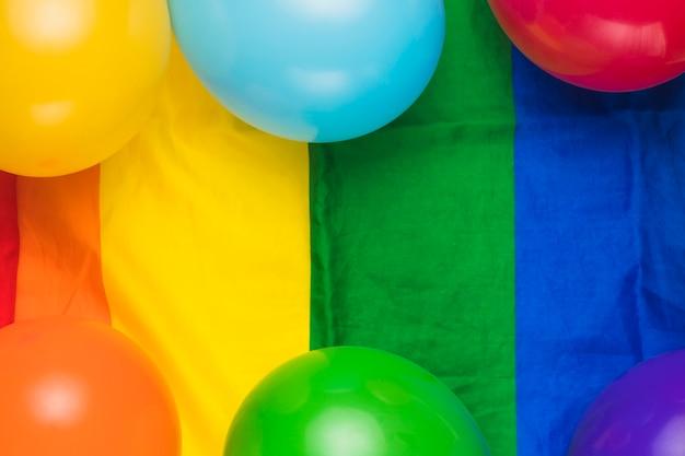 Luftballons auf gestreiften regenbogenfahne Kostenlose Fotos
