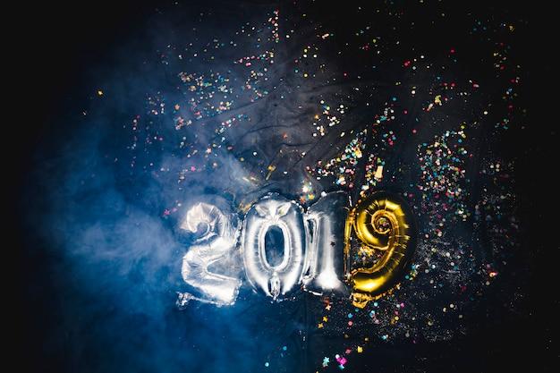 Luftballons der form 2019 im rauch Kostenlose Fotos