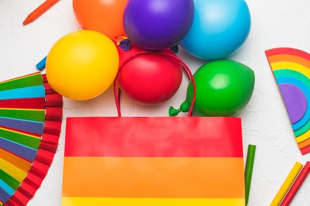 Luftballons tasche und stifte in lgbt-farben Kostenlose Fotos