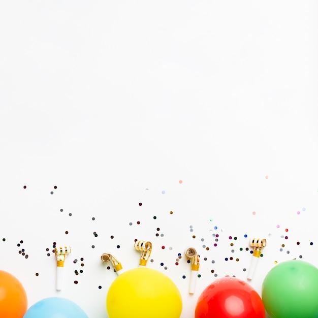 Luftballons und konfetti mit textfreiraum Kostenlose Fotos