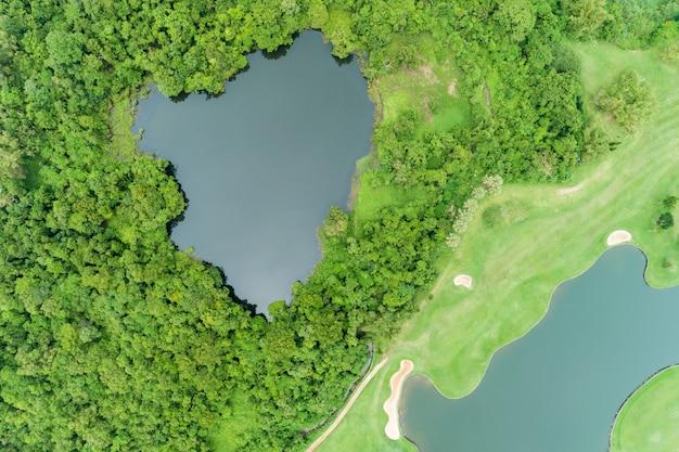 Luftbild brummen top down schuss von schönen grünen golffeld high angle view in der sommerzeit Premium Fotos