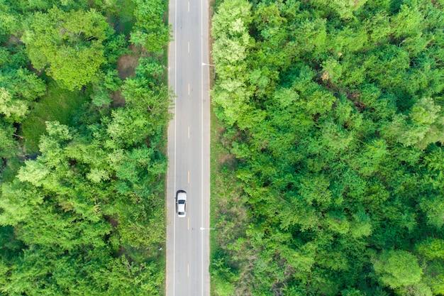 Luftbild der straße vorbei am wald mit einem auto vorbei Premium Fotos